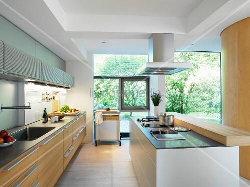 Offene küchen mit kochinsel  Offene Küche mit eingebauter Küchenzeile und Kochinsel – Bild kaufen ...