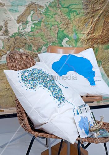 kissen mit landkartenmotiv auf st hlen bild kaufen 11016542 living4media. Black Bedroom Furniture Sets. Home Design Ideas