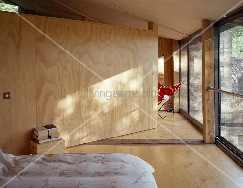 raumteiler aus holz im zeitgen ssischen schlafzimmer. Black Bedroom Furniture Sets. Home Design Ideas