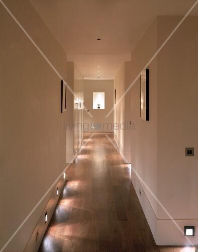 langer flur mit bodenbeleuchtung bild kaufen living4media. Black Bedroom Furniture Sets. Home Design Ideas