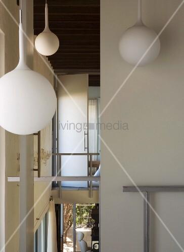 wei e lampen h ngen von der decke bild kaufen 11017280 living4media. Black Bedroom Furniture Sets. Home Design Ideas