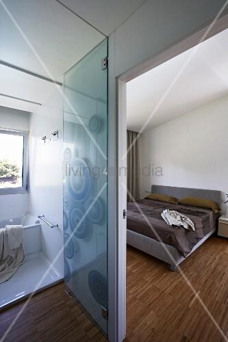 blick ins moderne schlafzimmer und bad ensuite mit st bchenparkett und glast r bild kaufen. Black Bedroom Furniture Sets. Home Design Ideas
