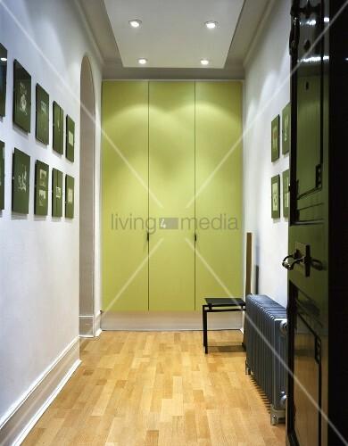 Türen Für Einbauschrank hell beleuchteter modernisierter flur mit einbauschrank und