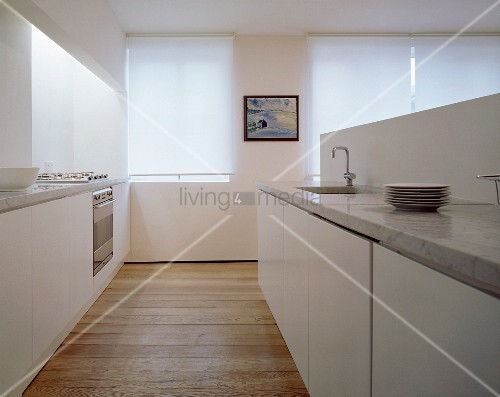 moderne weisse k che mit glatten fronten und steinarbeitsplatten bild kaufen living4media. Black Bedroom Furniture Sets. Home Design Ideas