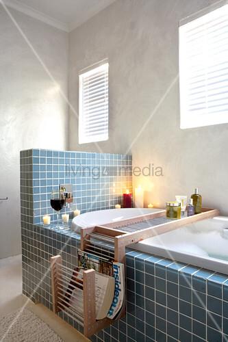 blaue fliesen an badewanne mit halbhoher wand in schlichtem badezimmer bild kaufen living4media. Black Bedroom Furniture Sets. Home Design Ideas