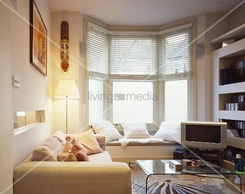 Kleiner Wohnzimmer Mit Eingebauter Sitzbank Vor Dem Fenster
