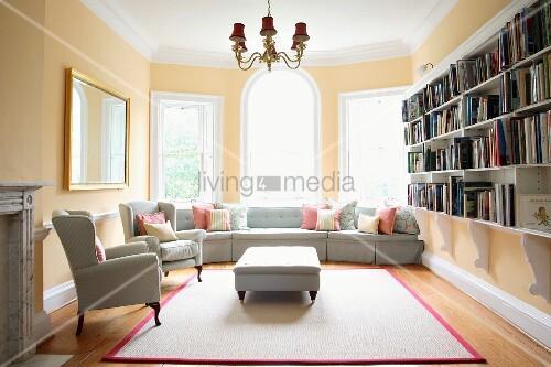 stilmix in traditionellem altbau hellgraue polstergarnitur auf modernem teppich zu stil lampe. Black Bedroom Furniture Sets. Home Design Ideas