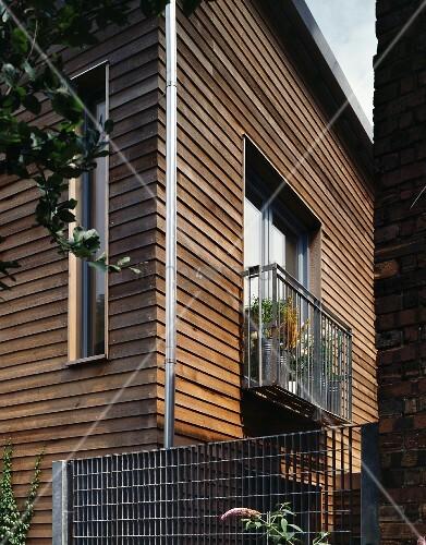 Modernes Holzhaus mit Balkon aus Metall – Bild kaufen – 11021272 ...