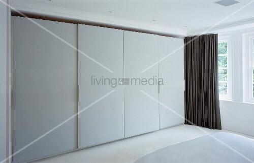 Einbauschrank mit weissen Schiebetüren im Designer Schlafzimmer ...