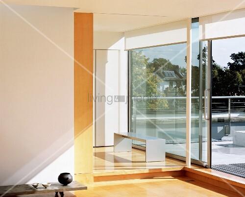 Wohnzimmer Mit Glasschiebetur Zur Bild Kaufen