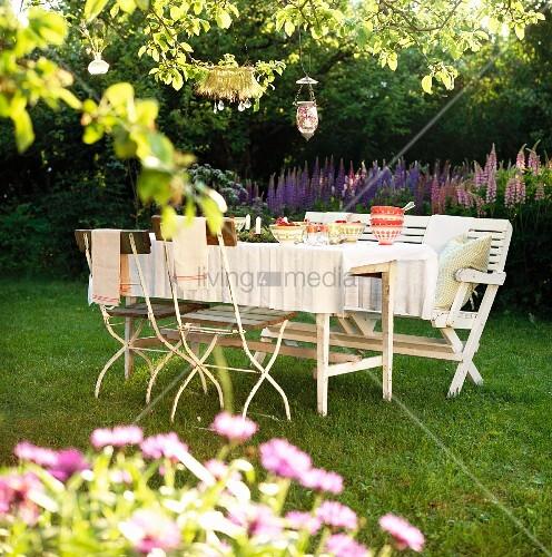 Gedeckter Tisch Im Garten: Gedeckter Tisch In Einem Sommerlichen Garten