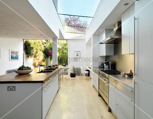 Moderne, offene Küche mit Küchenblock im zeitgenössischen Wohnhaus ...