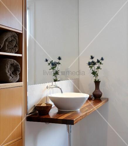 Minimalistischer Waschtisch mit weisser … – Bild kaufen ...