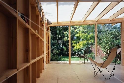 fledermausstuhl mit weissem bezug im anbau aus holz mit gartenblick bild kaufen 11027038. Black Bedroom Furniture Sets. Home Design Ideas