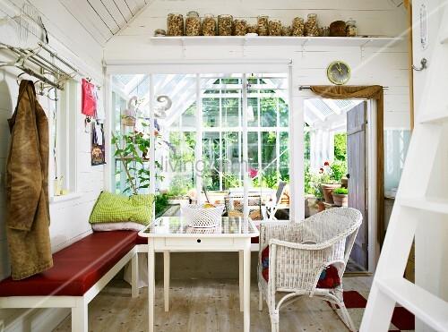 h uschen im weissen landhausstil mit ruhebank am essplatz. Black Bedroom Furniture Sets. Home Design Ideas