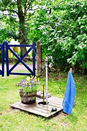 Wasserstelle im Garten – Bild kaufen – 11029798 ❘ living4media