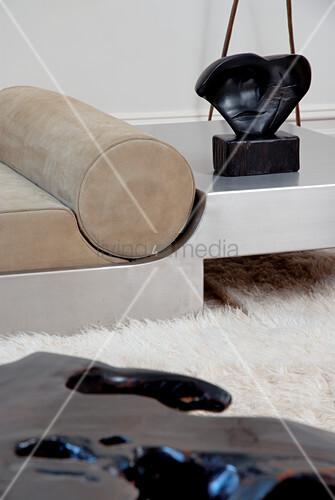 Moderne Couch Aus Stahl Mit Lederpolstern Auf Weichem Flokatiteppich Bild Kaufen Living4media