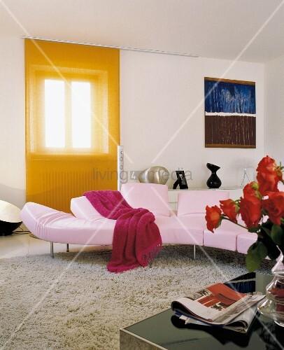 rosa sofa in modernem wohnzimmer vor bild kaufen 11041366 living4media. Black Bedroom Furniture Sets. Home Design Ideas