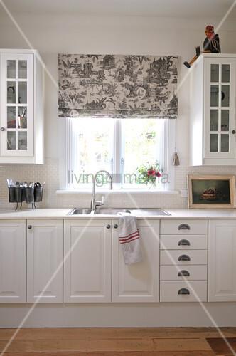 k chenzeile im schlichten landhausstil mit hochschr nken und sp le unter einem fenster mit grau. Black Bedroom Furniture Sets. Home Design Ideas