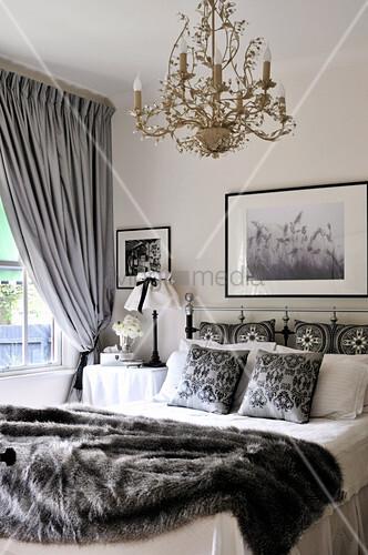 Weisses Landhaus-Schlafzimmer mit grauen Accessoires und ...