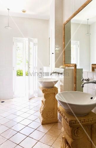 Zwei runde Waschbecken auf frei stehenden Podesten im römischen Stil ...