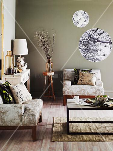 Sessel, Couchtisch, Wandkonsole Und Runde Prints In Einem Wohnzimmer Mit Taupe  Wandfarbe
