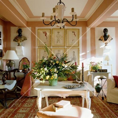 Elegantes Wohnzimmer Im Französischen Stil Mit Großem Blumenstrauss