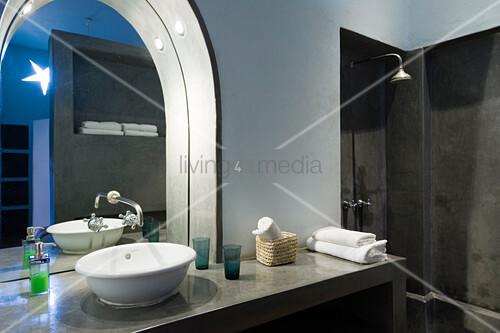 Wohnzimmer einrichtung mit runden spiegel holzschrank und retro