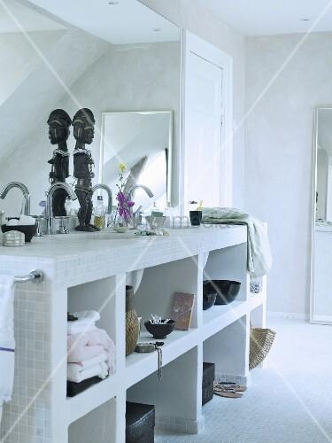 Gemauertes Regal Mit Eingebautem Waschbecken In Schlichtem Bad