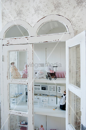 Blick in eingebauten Schrank mit Puppenhausausstattung