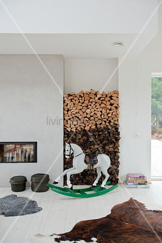 Bemaltes Schaukelpferd Vor Holzstapel In Bild Kaufen