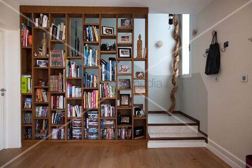 b cherregal als raumteiler vor treppe bild kaufen living4media. Black Bedroom Furniture Sets. Home Design Ideas