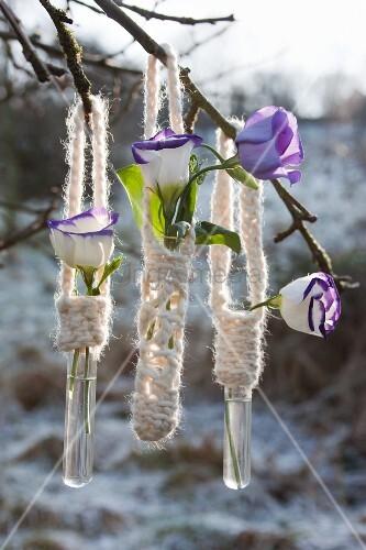 Umhäkelte Reagenzgläser mit Blüten