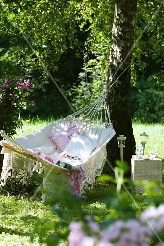 h ngematte mit dekokissen im garten bild kaufen living4media. Black Bedroom Furniture Sets. Home Design Ideas