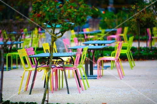 cafe mit gartenpl tzen farbige gartenst hle mit tisch auf kiesboden bild kaufen living4media. Black Bedroom Furniture Sets. Home Design Ideas