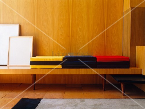 farbige polster auf bank vor bild kaufen 11071602. Black Bedroom Furniture Sets. Home Design Ideas