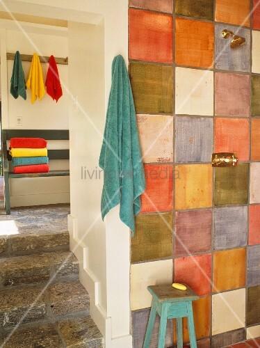 Rustikales Bad Mit Farbigen Fliesen An Wand Neben Treppe Im - Farbige fliesen badezimmer
