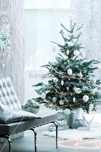 geschm ckter weihnachtsbaum in silber und weiss bild kaufen living4media. Black Bedroom Furniture Sets. Home Design Ideas