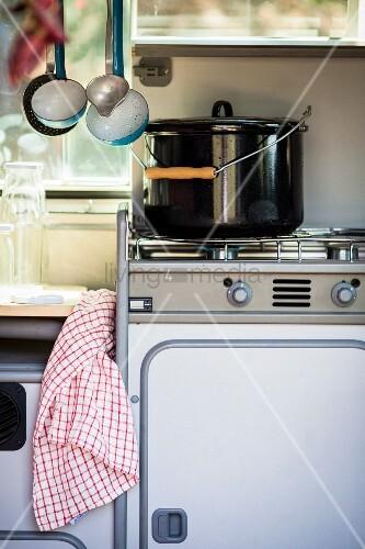 Kochtopf auf Gasherd im Campingbus – Bild kaufen – 11949948 ...