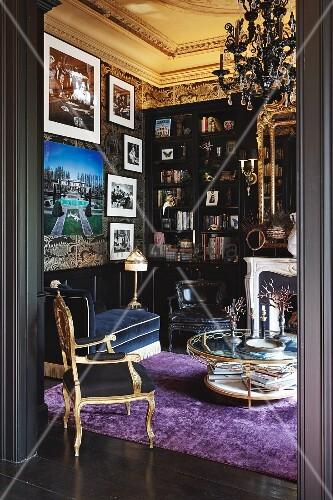 Bibliothek mit Barockstuhl und gerahmten Fotos in historischem Ambiente