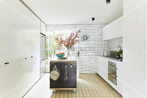 Mobile Kücheninsel mit Regalfächern in weißer Küche – Bild kaufen ...
