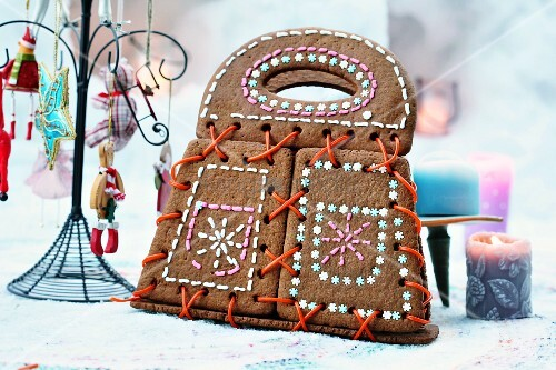 A gingerbread handbag decorated with sugar laces and icing