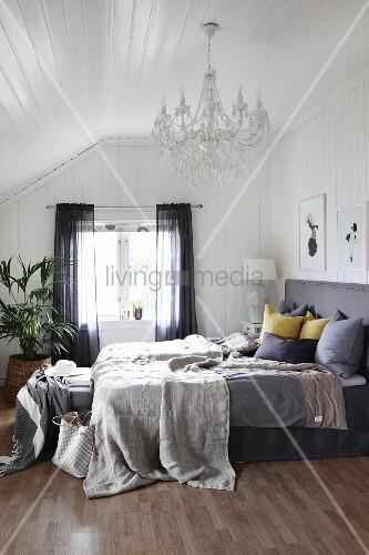 tagesdecke und kissen auf boxspringbett bild kaufen. Black Bedroom Furniture Sets. Home Design Ideas