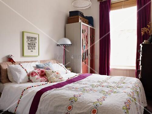 doppelbett mit folklore tagesdecke bild kaufen. Black Bedroom Furniture Sets. Home Design Ideas