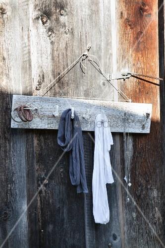 Garderobe aus einem brett und alten fensterhaken an - Brett an die wand anbringen ...