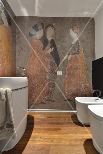 Modernes Bad mit weissen Sanitärgegenständen vor femininem Wandgemälde mit antikem Flair