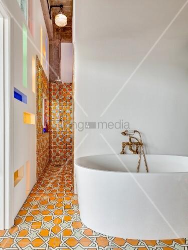 freistehende moderne badewanne vor weisser wand und. Black Bedroom Furniture Sets. Home Design Ideas