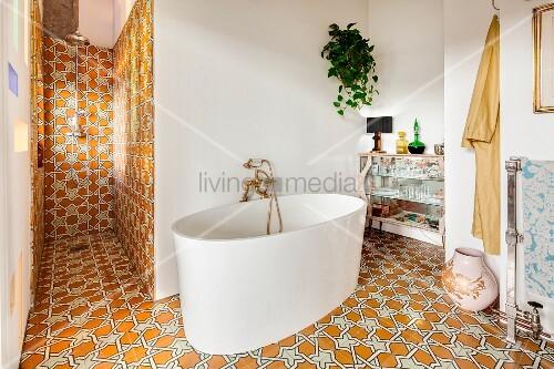 moderne freistehende badewanne in eklektischem bad mit. Black Bedroom Furniture Sets. Home Design Ideas