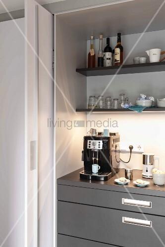 offene schiebet r und blick auf k chenschrank mit espressomaschine bild kaufen living4media. Black Bedroom Furniture Sets. Home Design Ideas
