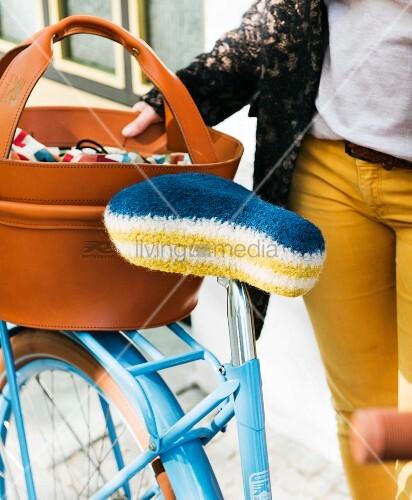 Selbst gehäkelter Fahrradsattel-Bezug aus Filzwolle